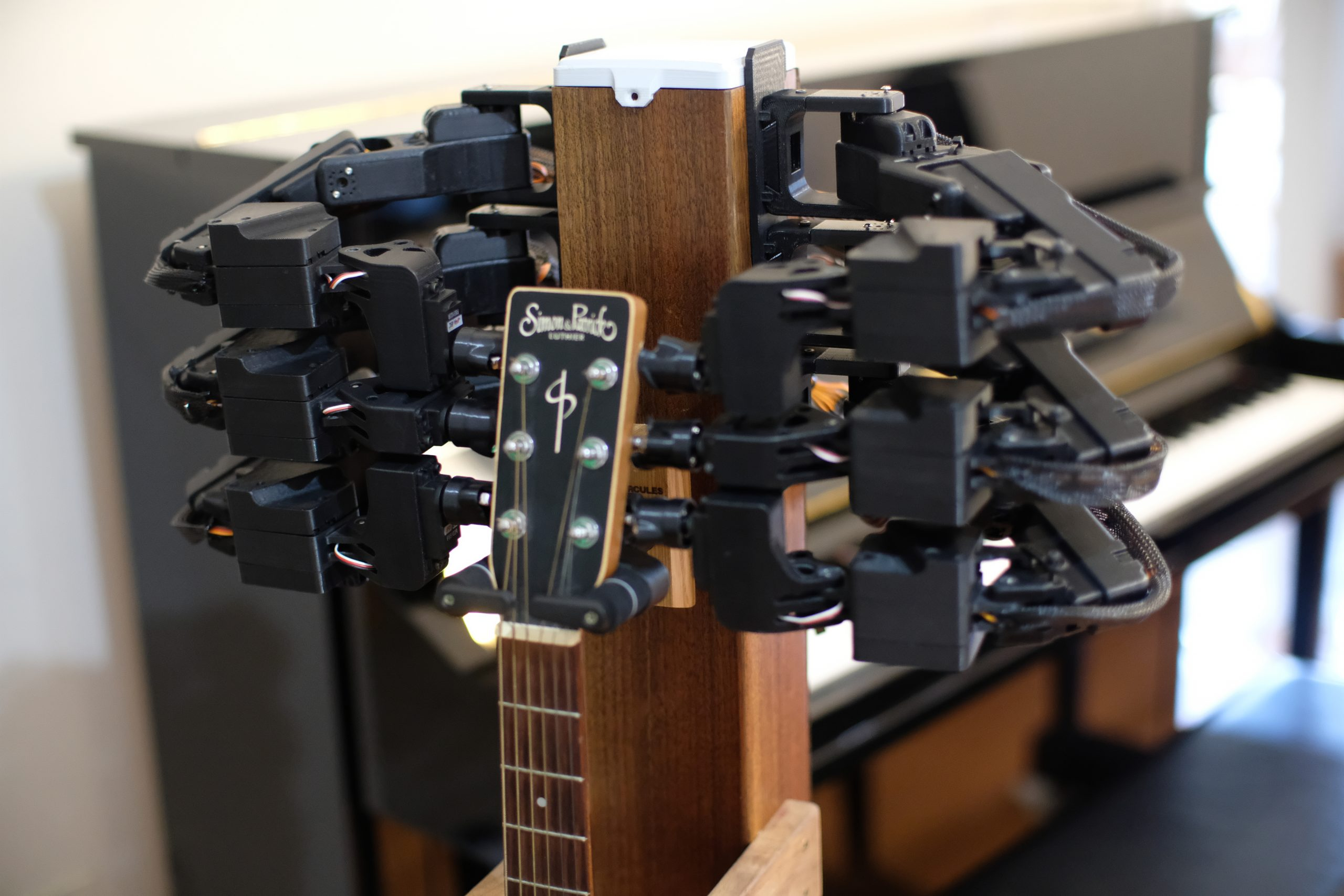 2unify The Stand hands-free robotic guitar tuning device